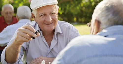 Twee oude mannen praten met elkaar
