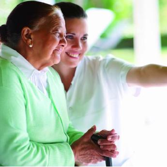 Een oudere vrouw en haar verzorgende
